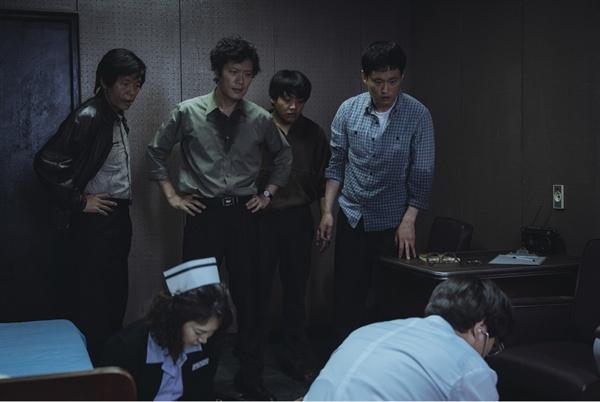 영화 '1987' 속의 내과의 오연상 1987년 당시 중앙대용산병원 내과의였던 오연상은 간호사 1명과 함께 남영동 대공분실에 불려가 물고문 과정에서 사망한 서울대생 박종철을 처음으로 검안하였다.