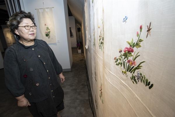 지난 3월 소방관이던 며느리를 잃은 황경화 작가는 자신의 슬픔을 동양자수로 달랬다. 이번에 대표작으로 전시 중인 초충도(사진)은 이렇게 완성된 작품이다.