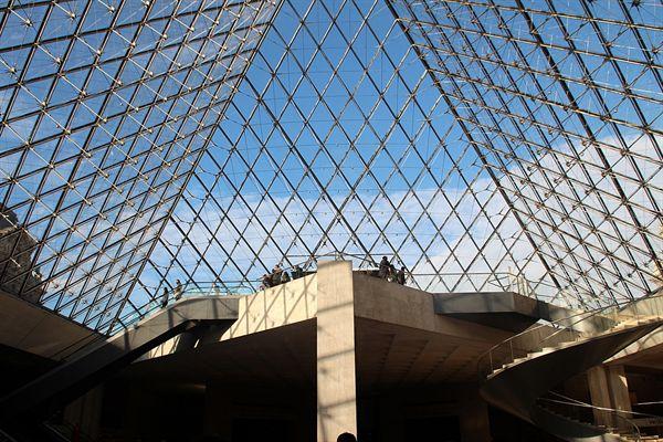 하늘이이 파랗게 보이는 프랑스 루브르박물관 모습