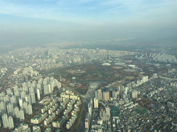 미세먼지로 가득한 서울 잠실 롯데타워 주변 모습들