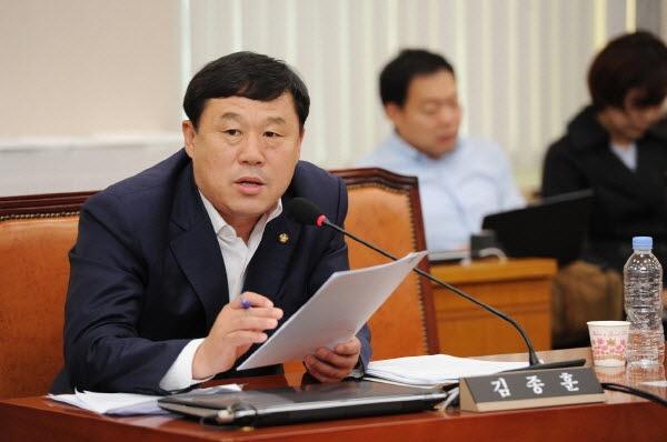 민중당 김종훈 의원(울산 동구)이 2017년 9월 27일 산자부 산하 동서발전 국정감사를 벌이고 있다.