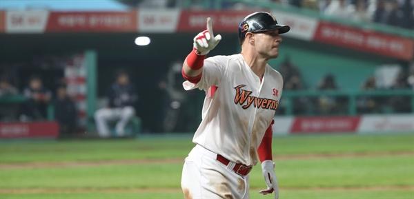 로맥, 또 홈런! 7일 문학야구장 프로야구 두산-SK 한국시리즈 3차전 8말.  SK 선두타자 로맥이 솔로 홈런 후 그라운드를 돌고 있다. 1회 3점 홈런에 이은 두 번째 홈런.