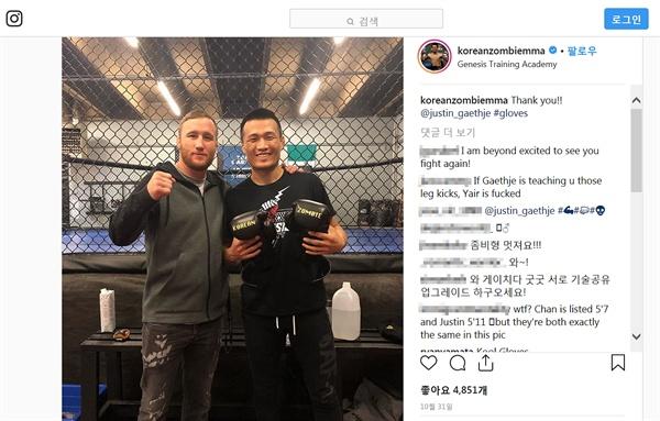 한국의 정찬성 선수(오른쪽)가 UFC 저스틴 게이치(왼쪽) 선수와 함께 촬영한 사진. 정찬성 선수는 11월 11일 미국 덴버의 펩시 센터에서 열리는 UFC 파이트 나이트 139에 출전하게 됐다.