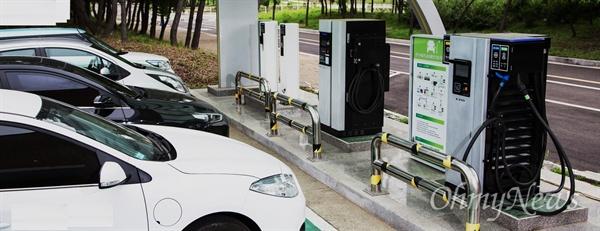 전기차들이 전기 연료를 충전하고 있다.
