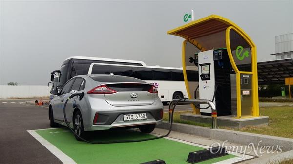 전기차가 전기 연료를 충전하고 있다.