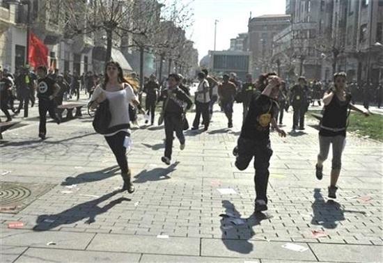 유럽재정위기의 소용돌이 속에 집권한 국민당 정부는 재생에너지 지원 중단 외에도 재정긴축과 노동보호 후퇴로 시민들의 저항에 부닥쳤다. 2012년 3월 스페인 북부 팜플로나시에서 반정부 시위 도중 진압경찰에 쫓겨 달아나는 시민들.