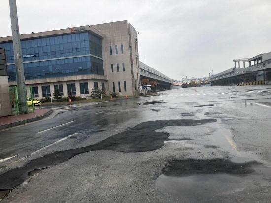 기자회견이 진행된 8일, 작업중지명령으로 인해 한산한 물류센터 고용노동부는 6일 작업중지 명령을 포함하여 강력하게 조치하겠다고 밝혔다.