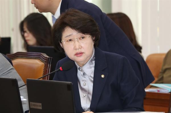 자유한국당 김승희 의원이 2018년 10월 15일 오전 국회에서 열린 보건복지위원회의 식품의약품안전처 등 국정감사에서 질의하고 있다.
