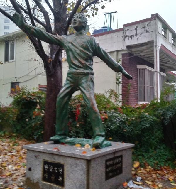 울산 남구 강남초등학교에 있는 이승복 어린이 동상. 반공소년 이승복이라는 글이 새겨져 있다.1983년 한 학생의 학부모가 기증했다고 적혔다