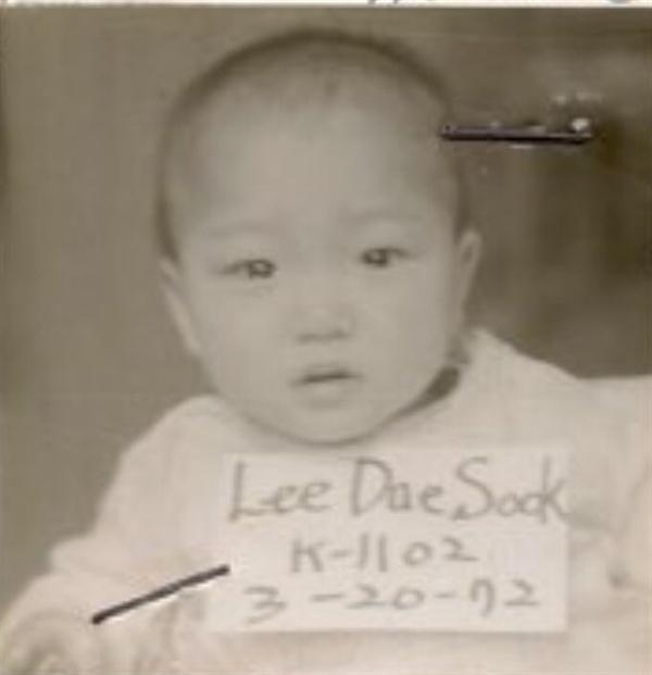 미국으로 입양 당시 촬영한 아기적 쥴리 사진이다.