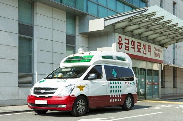 119 구급차가 한 병원 앞에 대기하고 있다.