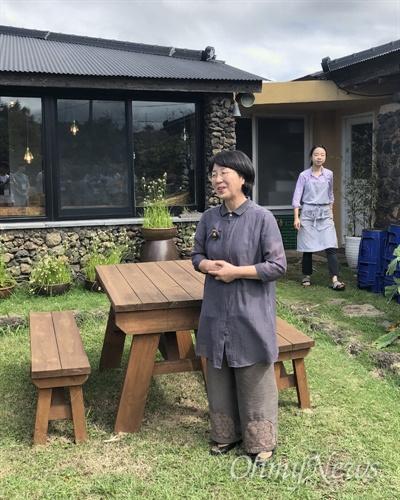 '제주 고소리술 익는 집' 김희숙 대표가 찾아가는 양조장을 방문한 사람들에게 인사를 하고 있다. 뒤에 보이는 이가 며느리 김소연씨다.