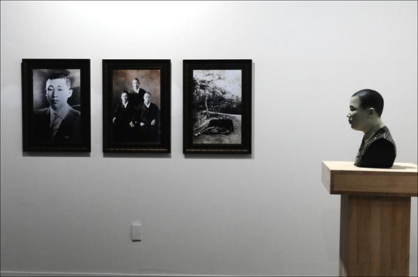 한국전쟁 당시 산내 골령골로 끌려가 학살당한 문상국씨의 사진 3점과 3D프린팅 입체형상(오른쪽)이 전시되어 있다.