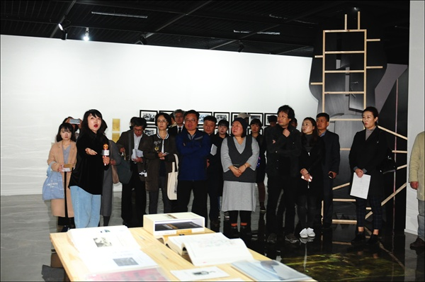 정윤선 작가가 2018 대전테미예술창작센터 지역리서치 프로젝트 결과보고전 개막식에 참석한 이들에게 자신의 작품을 설명하고 있다.
