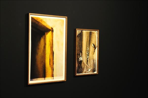 김재연 작가가 할머니 집의 방에 아직도 남아 있는 화재 자국을 사진으로 작업해 전시했다.