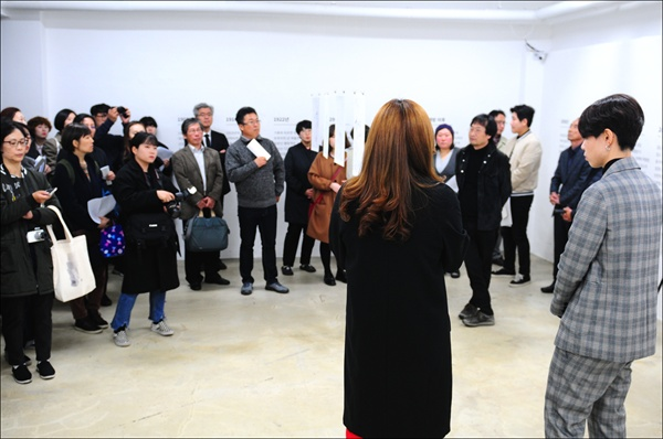 '콜렉트'팀의 권순지 작가(왼쪽)와 김재연 작가(오른쪽)가 지역리서치 프로젝트 결과보고전 개막식에 참석한 이들에게 작품을 설명하고 있다.