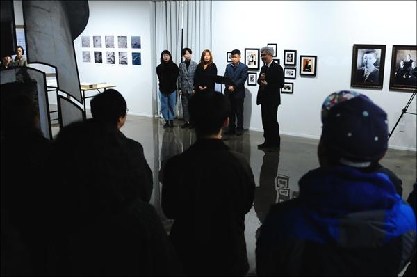 2018 대전테미예술창작센터 지역리서치 프로젝트 결과보고전 개막식이 11월 8일 오후 4시, 대전테미예술창작센터 1층 전시실에서 개최되었다. 개막식에 참석한 대전문화재단 박만우(본명 박동천) 대표