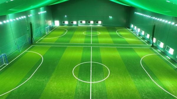 700여 평의 넓은 규모를 자랑하는 서산 실내축구센터는 친환경 인증서를 획득한 인조잔디와 각종 편의시설을 갖춰 전국 어느 곳의 실내축구장과 비교해도 손색이 없다.