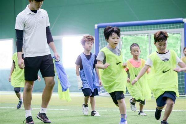 즐겁게 축구를 하고 있는 아이들의 모습. 김 감독은 서산 실내축구센터를 축구를 통해 어린이들에게 꿈과 희망을 심어주는 곳으로 만들 계획이다.