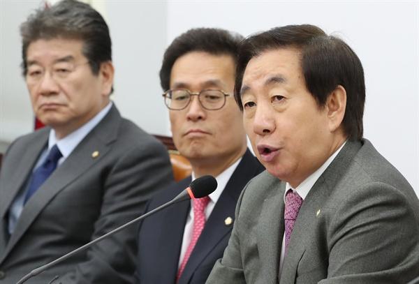 발언하는 김성태  자유한국당 김성태 원내대표(오른쪽)가 9일 오전 국회에서 열린 원내대책회의에서 발언하고 있다.