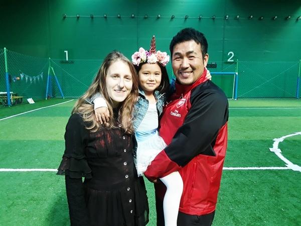 축구와 영어를 접목시킨 색다른 시도의 이면에는 아내 메간 씨의 도움이 컸다.