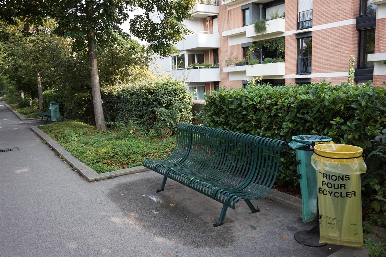 파리 시내 어디라도 매 블록마다 일정한 간격으로 죽 설치되어 있는 간편한 쓰레기통