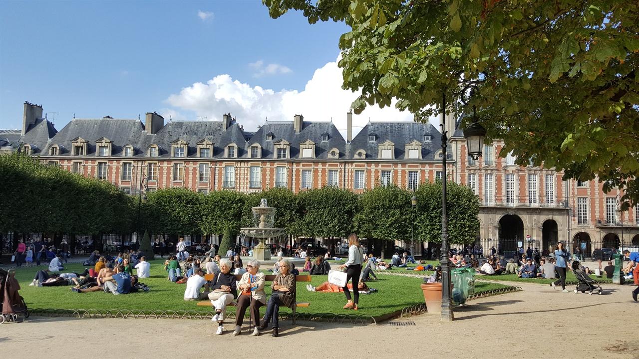 지성과 사랑과 자유의 도시인 파리, 보주광장의 오후풍경