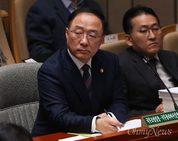 홍남기 국무조정실장이 9일 오전 국회에서 열린 예산결산특별위원회 전체회의에 참석하고 있다.