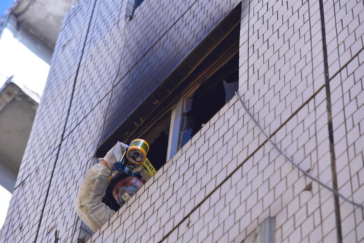 9일 오전 서울시 종로구 관수동에 위치한 고시원에서 화재가 발생해 고시원 거주자 중 7명이 숨지고 11명이 다친 가운데 경찰,소방 관계자들이 건물안에서 화재 감식활동을 벌이고 있다. 2018.911.9