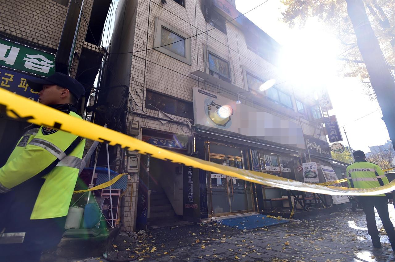 9일 오전 서울시 종로구 관수동에 위치한 고시원에서 화재가 발생해 고시원 거주자 중 7명이 숨지고 11명이 다친 가운데 경찰관들이 화재가 발생한 건물의 출입을 봉쇄하고 있다. 2018.11.9