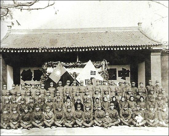 한국광복군 제 5지대 맨 앞줄 오른쪽에서 5번째 꼬마가 군복을 입고 있는데 이 아이는 김봉식, 황영식 부부 광복군의 큰아들이고, 앞줄 오른쪽에서 3번째 아기를 안고 있는 분이 김봉식 지사다. 당시에는 이와 같이 아기를 낳은 여성들이 광복군으로 활약했다. 한국광복군 제5지대 성립 기념. (1941.1.1)