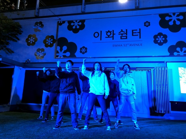 이글이글 타는 눈동자로 시위를 연기하는 배우들