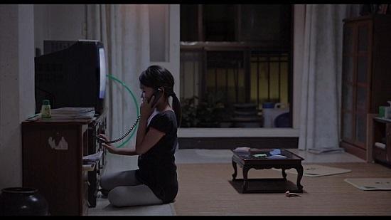 영화 <나만 없는 집>의 한 장면. 영화를 이루는 주된 감정선은 사춘기 소녀의 '외로움'이다. 푸른 색조는 외로움을 더 잘 드러낸다. 집에 혼자 있는 세영이 밤늦게 직장에서 돌아오지 않는 엄마와 통화하는 장면이다.