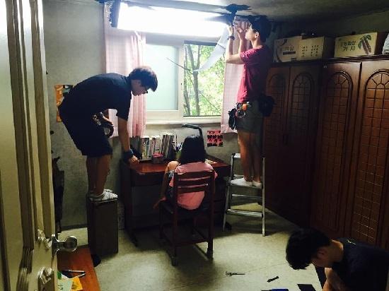 영화 <나만 없는 집> 촬영 현장. 실내조명이 분위기를 제대로 전달하지 못할 땐 조명팀이 직접 실내조명공사를 했다.