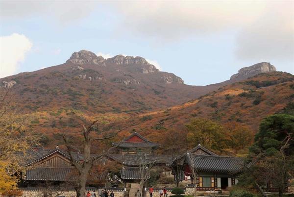 두륜산 산정에 누워있는 비로자나 와불. 대흥사 마당에서 본 풍경이다.