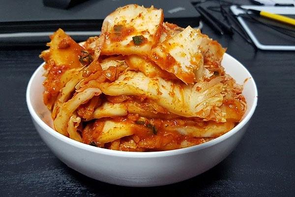 신오쿠보에서 사온 김치를 썰어 그릇에 예쁘게 담아봤다.