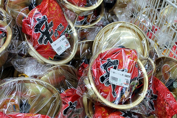 신오쿠보 한인 슈퍼에서 파는 신라면. 냄비와 함께 팔고 있는 게 재미있다.