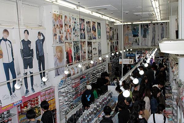신오쿠보 한류 상품 판매점의 내부.