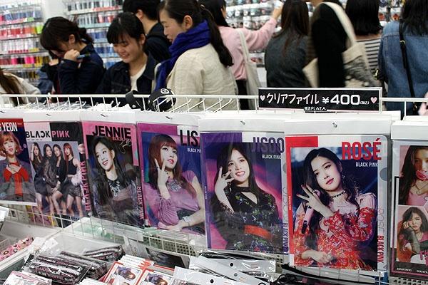 신오쿠보 한류 상품 가게에 비치된 블랙핑크 멤버 사진들.