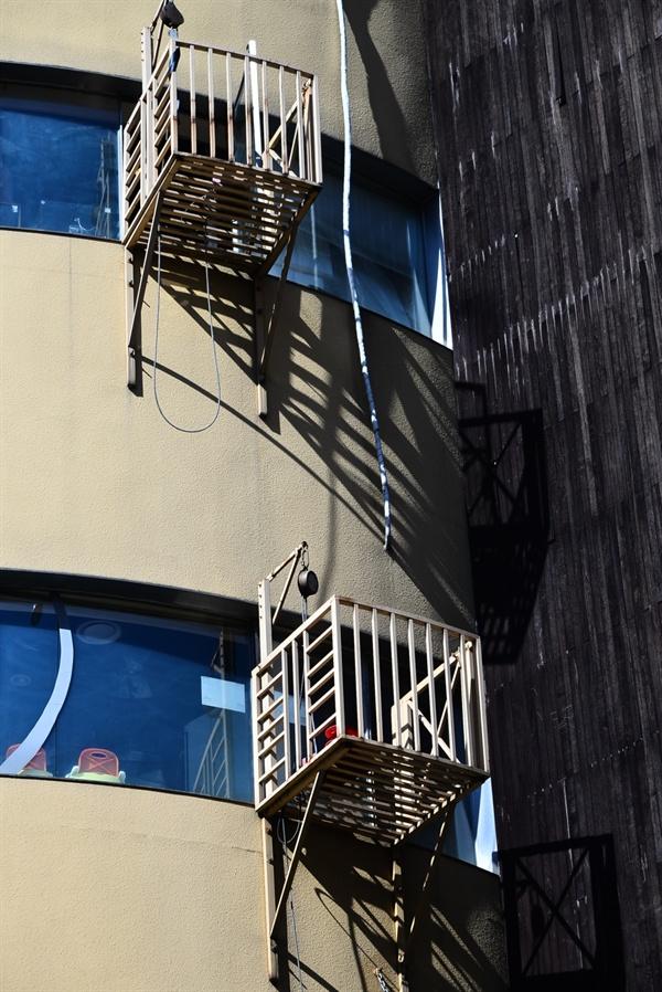 건물외벽에 설치된 완강기 화재 시 피난용도이지만 대부분 그 사용방법을 잘 모른다