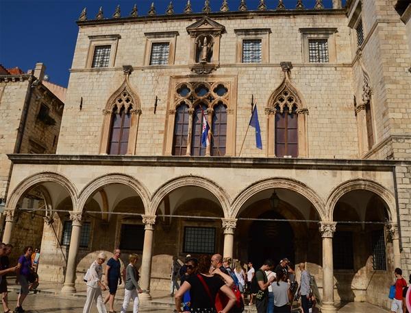 스폰자 궁. 17세기의 대지진에도 살아남은 역사적인 건축물 중의 한 곳이다.