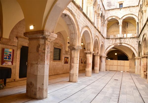 스폰자 궁 중앙 홀. 중세의 무역상인들이 모여들던 곳이 이제는 미술관이 되어 있다.