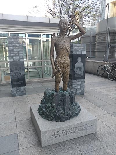 서울 용산역광장에서 찍은 강제징용 노동자상.