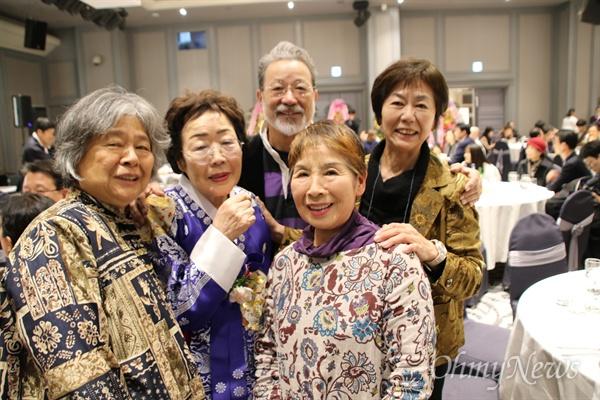 일본에서 위안부 문제 해결을 위해 노력하는 시민단체 관게자들이 9일 오후 열린 이용수 할머니의 구순잔치에 참석해 기념사진을 짝었다.