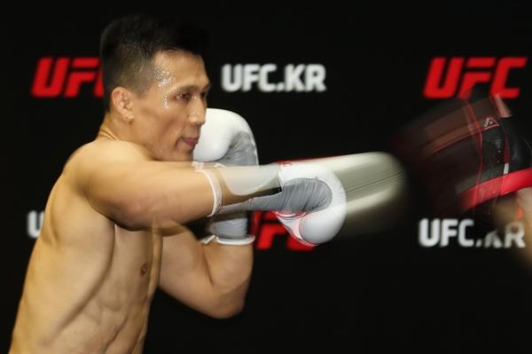 정찬성, 살아 있는 펀치 UFC 파이터 '코리안 좀비' 정찬성이 19일 오후 서울 서초구의 한 연습실에서 열린 프레스데이 행사에서 공개훈련을 선보이고 있다. 정찬성은 오는 11월 11일 미국 덴버 펩시 센터에서 개최되는 UFC 파이트 나이트 139에 참가해 페더급 랭킹 3위 프랭키 에드가와 메인이벤트 경기를 펼칠 예정이다. 2018.9.19