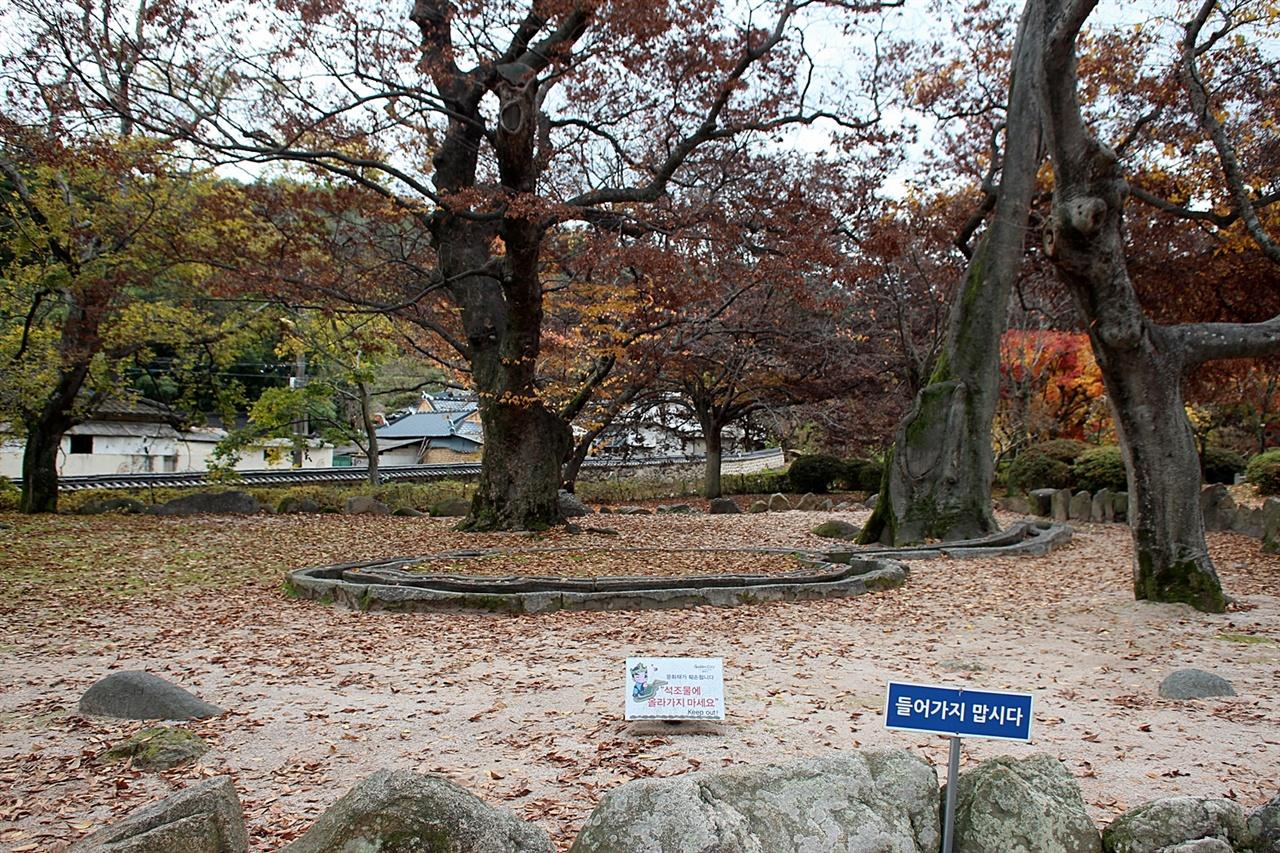 낙엽이 거의 떨어진 경주  포석정지 모습