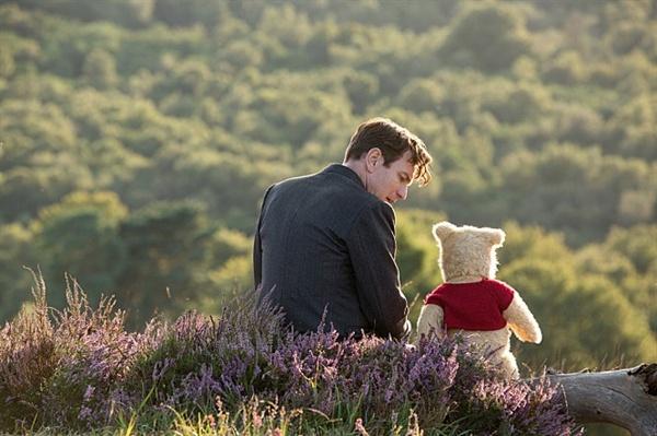 어린이 된 크리스토퍼 로빈과 곰돌이 푸가 이야기를 나누고 있다.