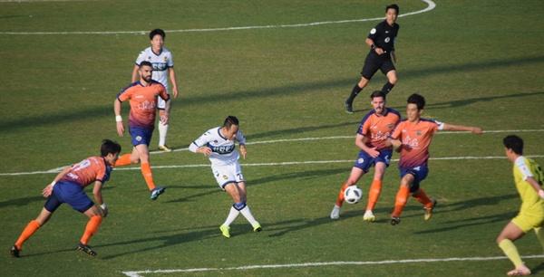 78분, 인천 유나이티드의 문선민이 오른발 슛으로 골을 노리는 순간. 그러나 공은 왼쪽 기둥에 맞고 나왔다.