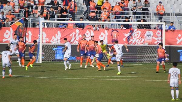 3분, 아길라르의 프리킥을 받아 오른발 발리슛으로 멋진 첫 골을 터뜨리는 인천 유나이티드 골잡이 무고사(9번)