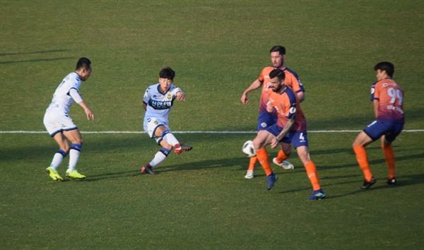 89분, 인천 유나이티드 이정빈(왼쪽 두 번째)이 오른발 슛으로 3-2 펠레 스코어 결승골을 터뜨리는 순간